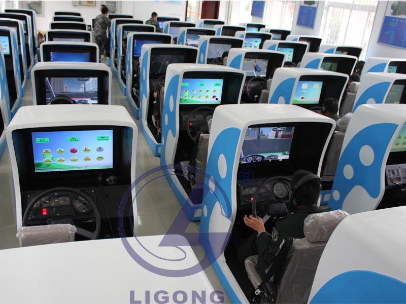 款模拟的单机版汽车驾驶游戏,里面有轿车和巴士两种车,是英文高清图片